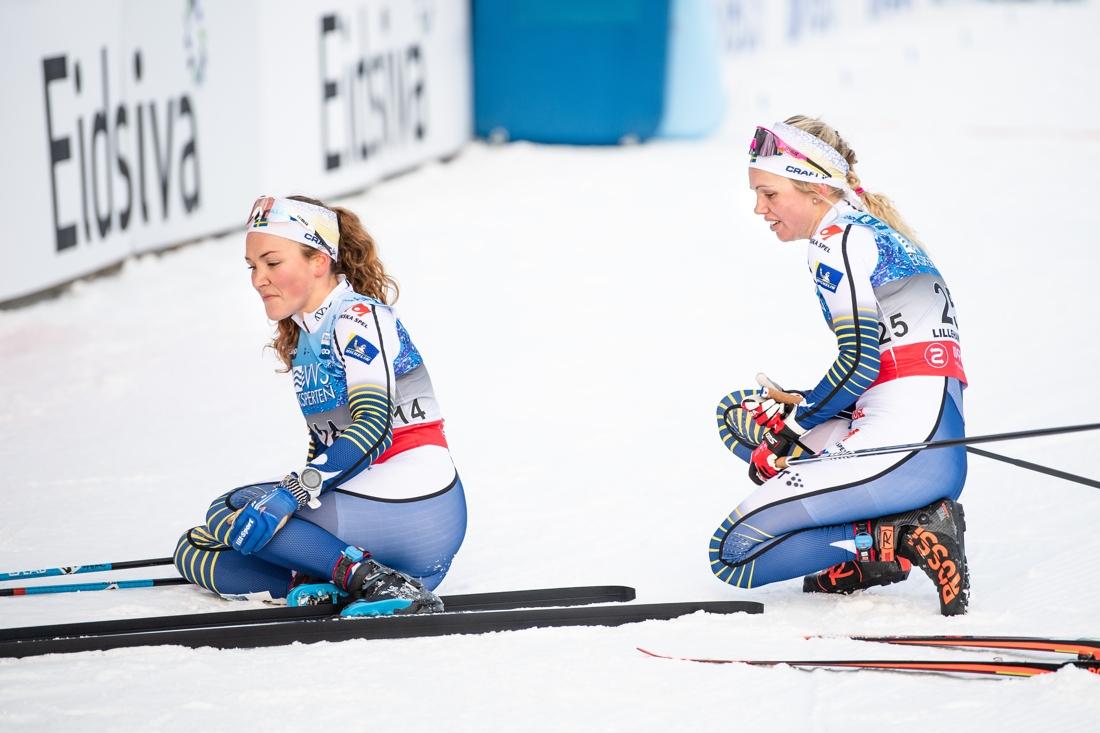 Moa Lundgren och Emma Ribom pustar ut efter starka insatser på skitahlonloppet i Lillehammer. FOTO: Bildbyrån/Mathias Bergeld.