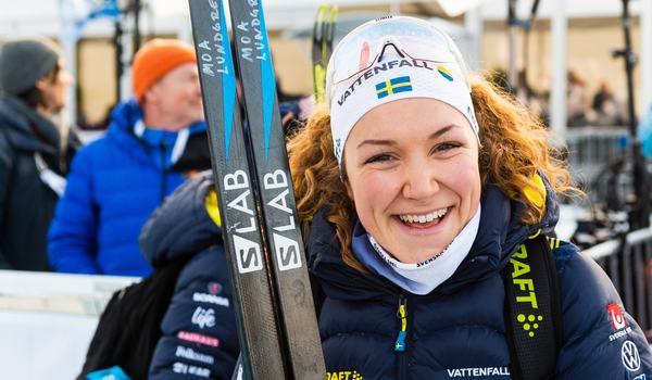 Moa Lundgren åker sista sträckan för Sverige på världscupstafetten i Lillehammer. FOTO: Bildbyrån/Mathias Bergeld.