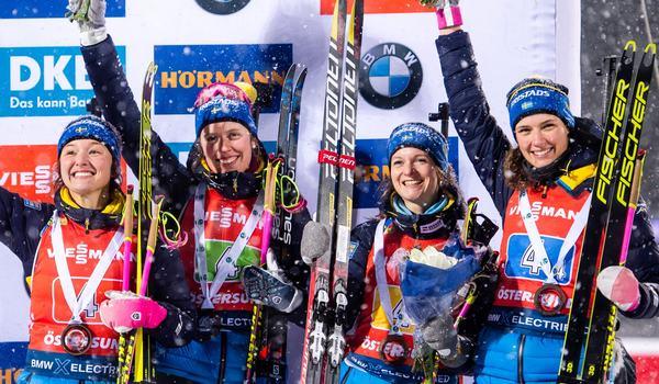 Linn Persson, Elvira Öberg, Mona Brorsson och Hanna Öberg efter tredjeplatsen på världscupstafetten i Östersund. FOTO: Bildbyrån/Johanna Lundberg.