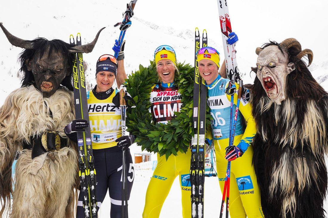 Topptrion på La Venosta: Tvåan Britta Johansson Norgren, vinnaren Astrid Öyre Slind och trean Kari Vikhagen Gjeitnes. FOTO: Visma Ski Classics/Magnus Östh.