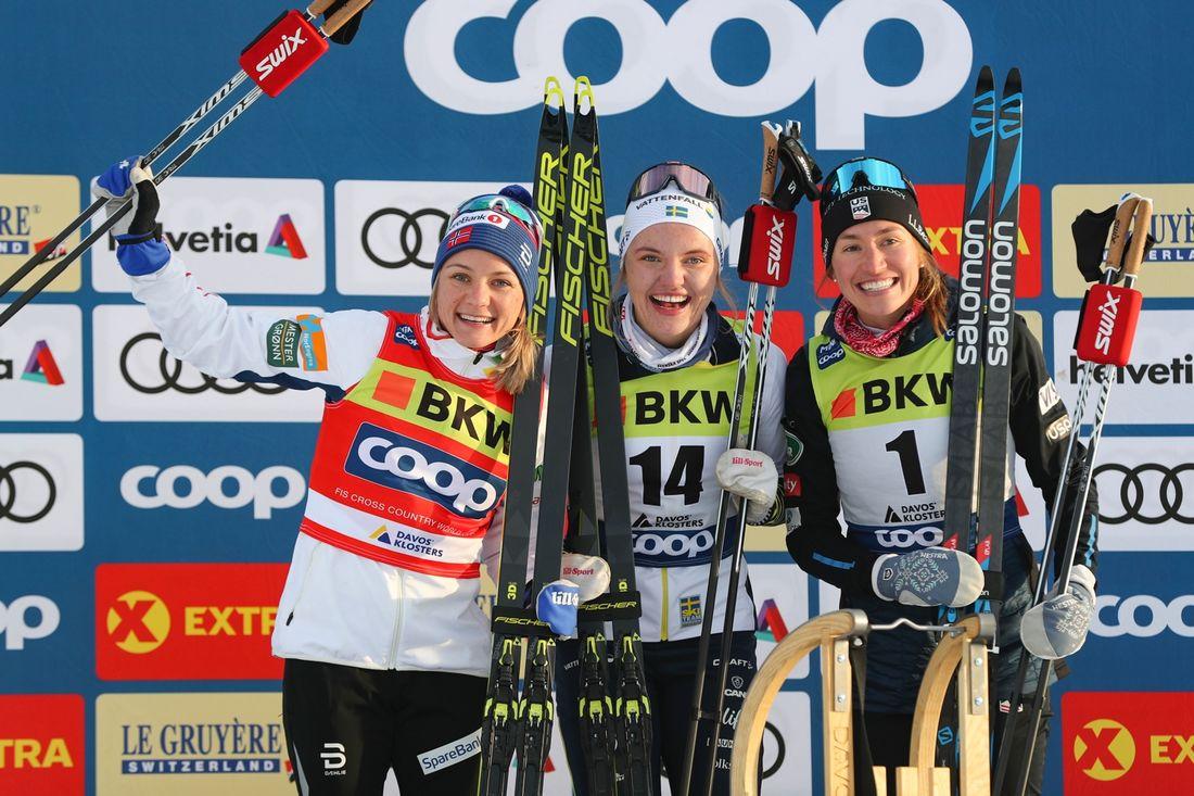 Linn Svahn på pallen tillsammans med Maiken Caspersen Falla, till vänster, och Sophie Caldwell efter succésegern i Davos. FOTO: Bildbyrån - GEPA PICTURES/PAtrick Steiner.