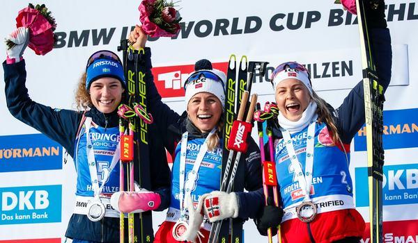 Hanna Öberg på pallen i Hochfilzen tillsammans med segraren Tiril Eckhoff och trean Ingrid Landmark Tandrevold. FOTO: Bildbyrån - GEPA PICTURES/Jasmin Walter.