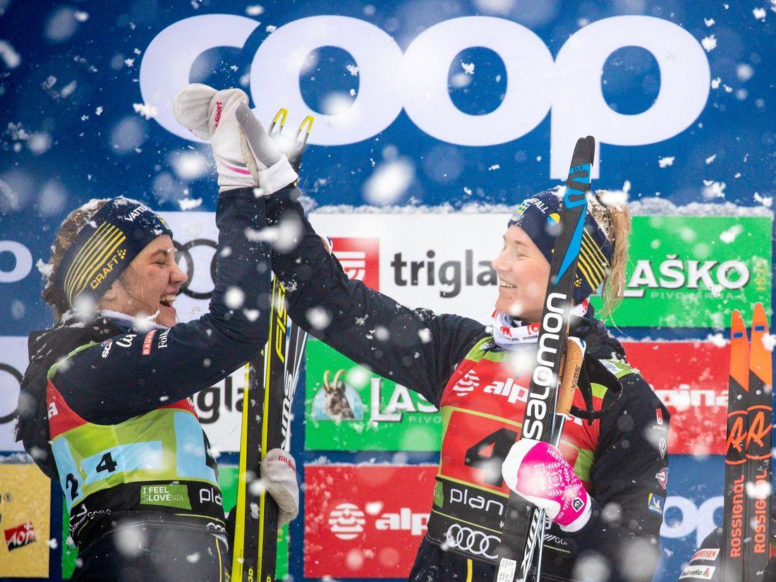 Linn Svahn och Maja Dahlqvist jublar på pallen. FOTO: Bildbyrån - GEPA PICTURES/Matic Klansek.