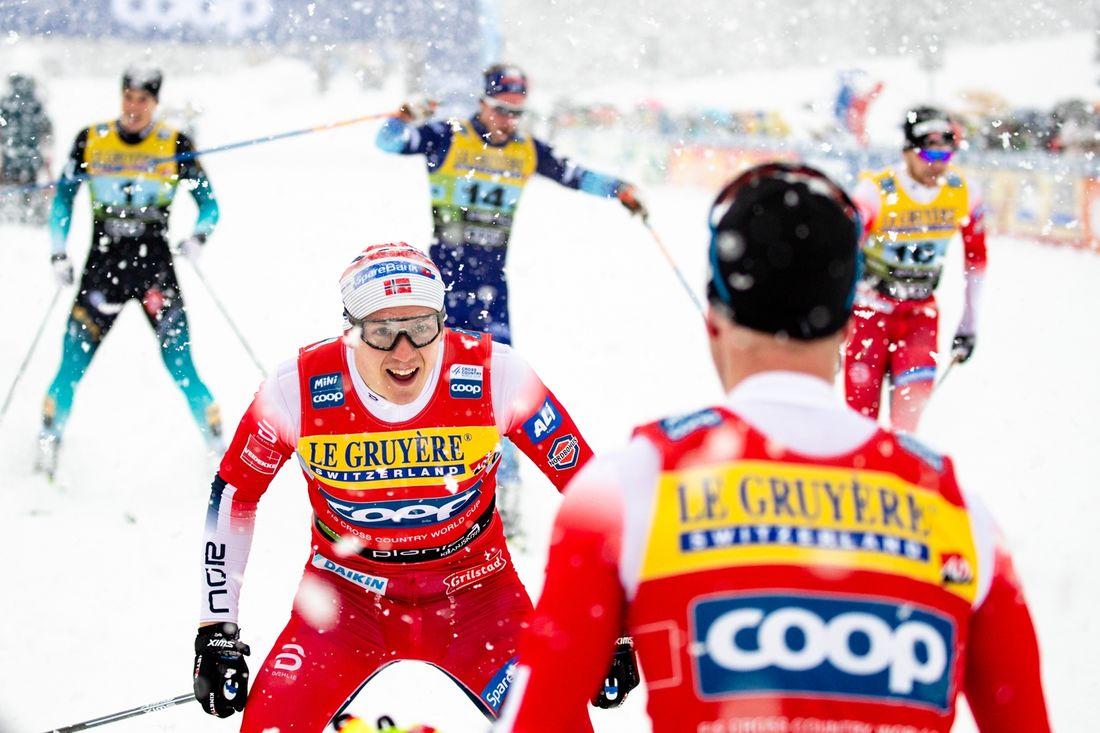 Erik Valnes möts upp av Sindre Björnestad Skar bakom mållinjen. I bakgrunden Norge 2, Finland 1 och Frankrike 1 som blev tvåa, trea och fyra. FOTO: Bildbyrån - GEPA PICTURES/Matic Klansek.