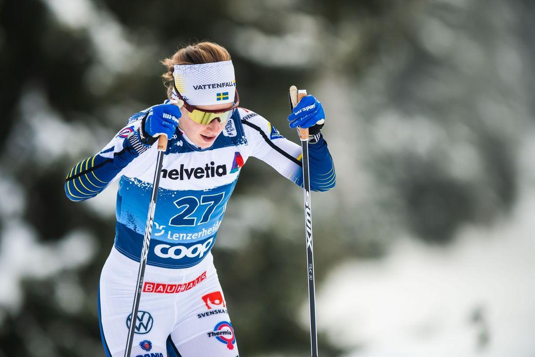 Ebba Andersson gjorde en imponerande comeback när hon åkte in som trea i Tour de Ski-starten i Lenzerheide, Schweiz. FOTO: Bildbyrån/Mathias Bergeld.