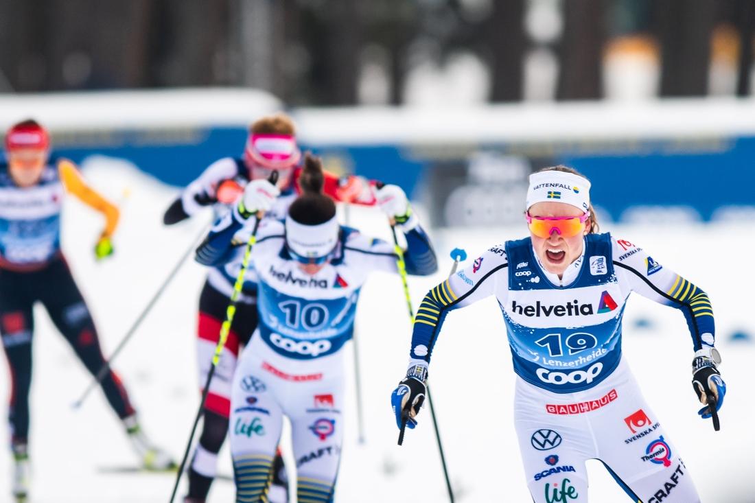 Moa Lundgren spurtar i mål precis före Charlotte Kalla. FOTO: Bildbyrån/Mathias Bergeld.