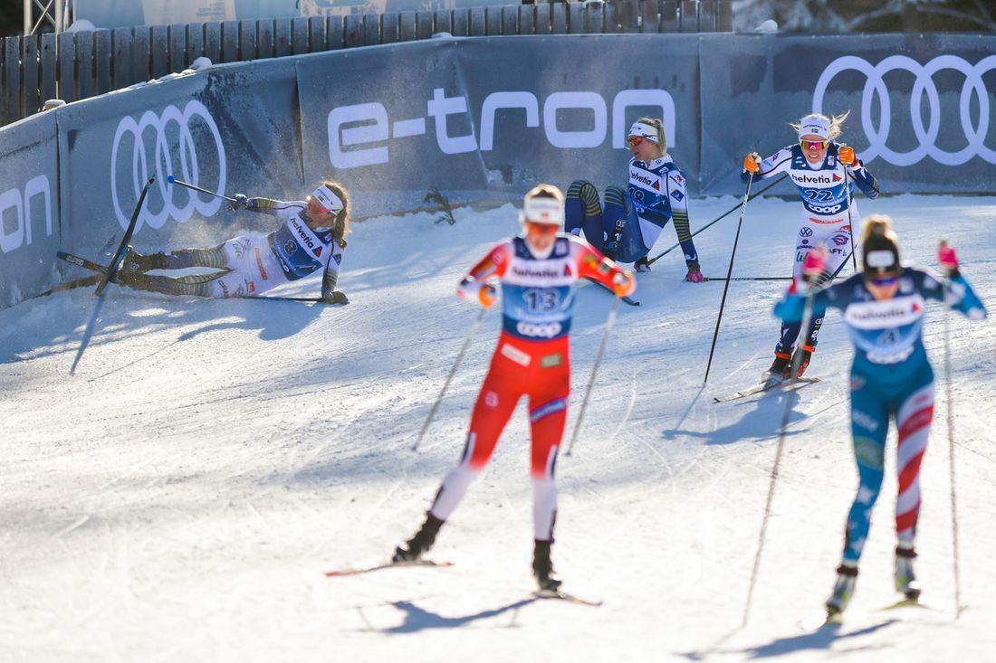 Här tar dagen slut för Mora Lundgren och Maja Dahlqvist i semifinalen. Emma Ribom står på benen och slinker förbi som fyra. FOTO: Bildbyrån/Mathias Bergeld.