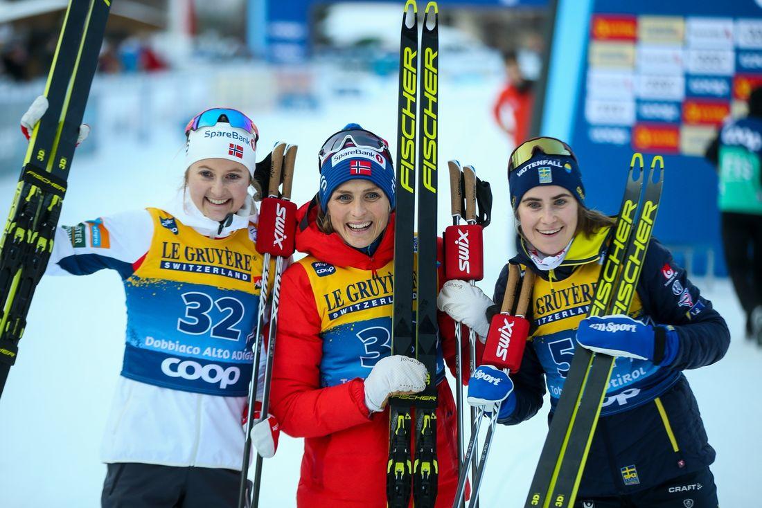 Tvåan Ingvild Flugstad Östberg, ettan Therese Johaug och trean Ebba Andersson efter fristilsloppet i Toblach tredje Tour de Ski-etappen. FOTO: Bildbyrån - GEPA PICTURES/Philipp Brem.