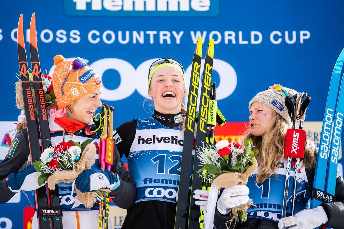 Glada skratt på pallen från Astrid Uhrenholdt Jacobsen, Anamarija Lampic och Jessica Diggins. FOTO: Bildbyrån/Mathias Bergeld.