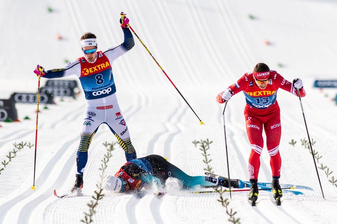 Här tar det stopp för Calle Halfvarsson i kvartsfinalen i Val di Fiemme. Ryssen Larkov körde på fransmannen Jay som föll på Calle. FOTO: Bildbyrån/Mathias Bergeld.