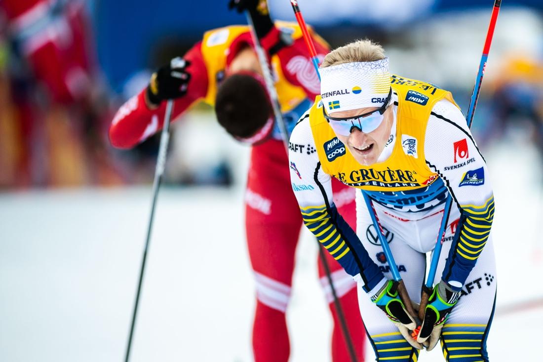 Jens Burman blev bäst av de svenska herråkarna i Tour de Ski när han passerade Calle Halfvarsson på slutetappen. FOTO: Bildbyrån/Daniel Bergeld.