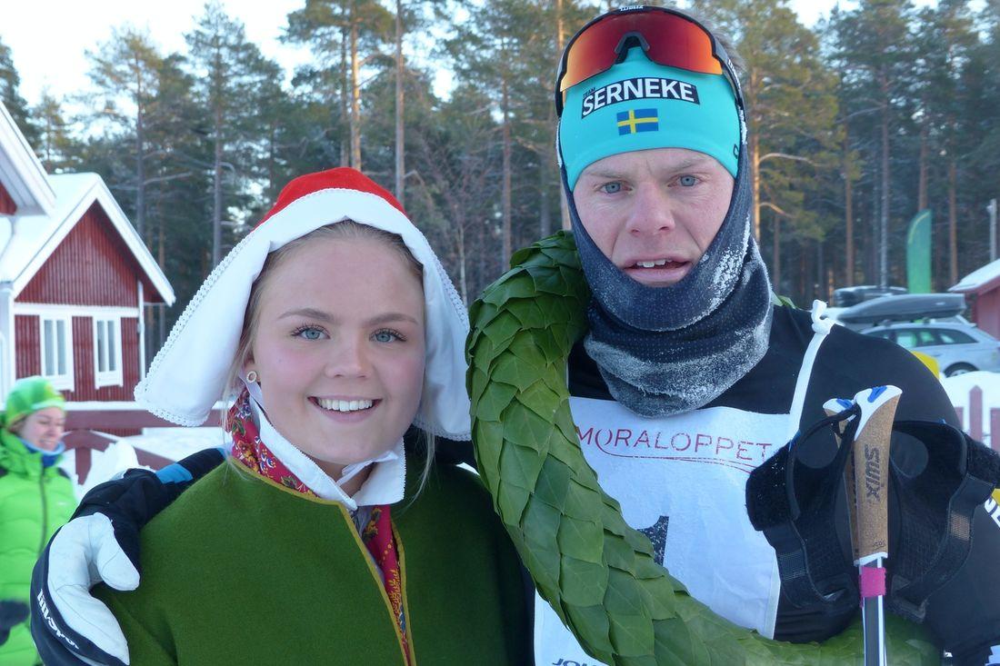 Jimmie Johnsson kommer för att försvara segern i Moraloppet. Här är Jimmie med kranskulla Sofia Berglund efter segern i fjol. FOTO: Johan Trygg/Längd.se.