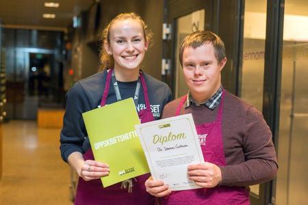 Bilde av to av deltakerne i prosjektet Matglede