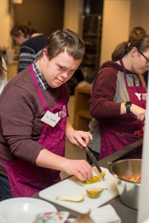 Bilde av en gutt som lager mat