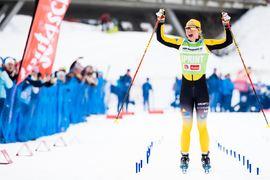 Lina Korsgren jublar som överlägsen vinnare på Kaiser Maximilian Lauf i Seefeld, Österrike. FOTO: Visma Ski Classics/Magnus Östh.