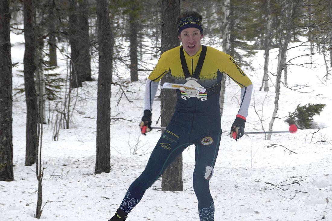 Erik Rost på väg mot seger i OBS-tävlingen i skidorientering i Grönklitt. FOTO: Johan Trygg/Längd.se.