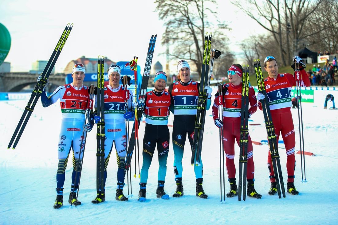 Marcus Grate och Johan Häggström tillsammans med vinnarna Renaud Jay och Lucas Chanavat samt treorna Andrey Krasnov och Gleb Retivykh. FOTO: Bildbyrån - GEPA PICTURES/Philipp Brem.