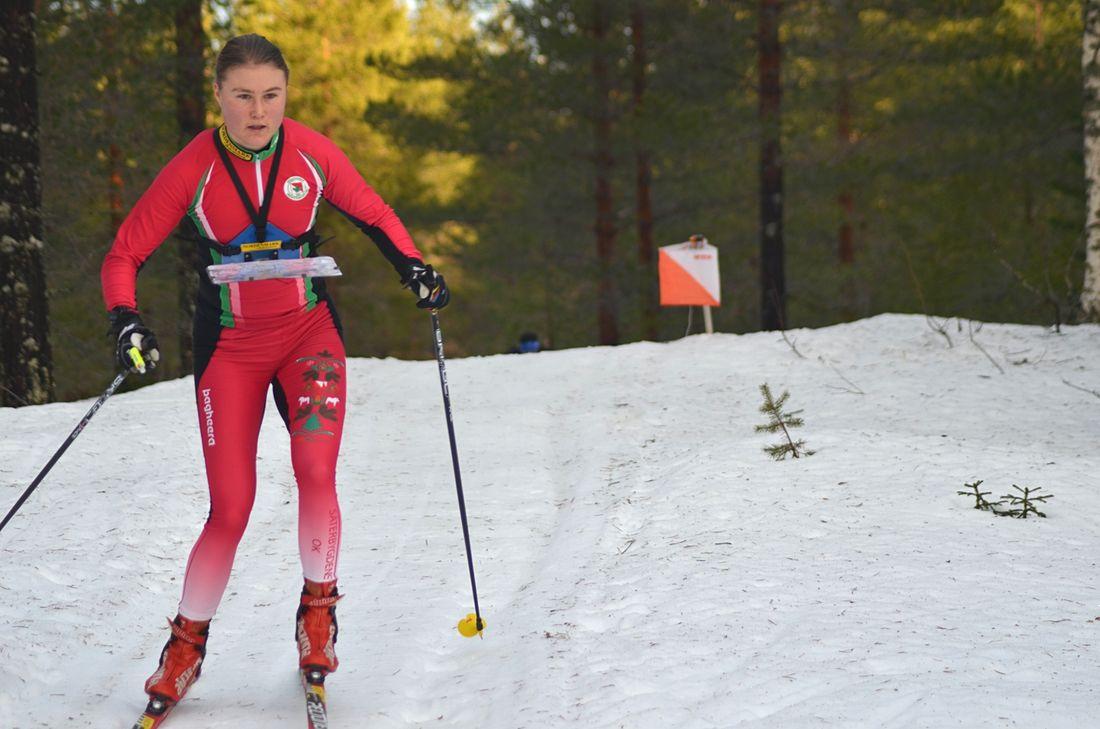 Frida Sandberg på väg mot seger på OBS-tävlingen i skidorientering i Grönklitt på söndagen. FOTO: Johan Trygg/Längd.se.