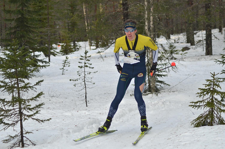 Erik Rost på väg mot seger i trasig tävlingsdräkt efter närkontakt med en gren. FOTO: Johan Trygg/Längd.se.