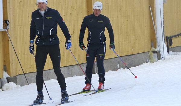 Zebastian Modin gör långloppsdebut på Östersund Ski Marathon i helgen. Här är Zebastian tillsammans med sin ledsagare Jerry Ahrlin under träning i Torsby skidtunnel i somras. FOTO: Johan Trygg/Längd.se.