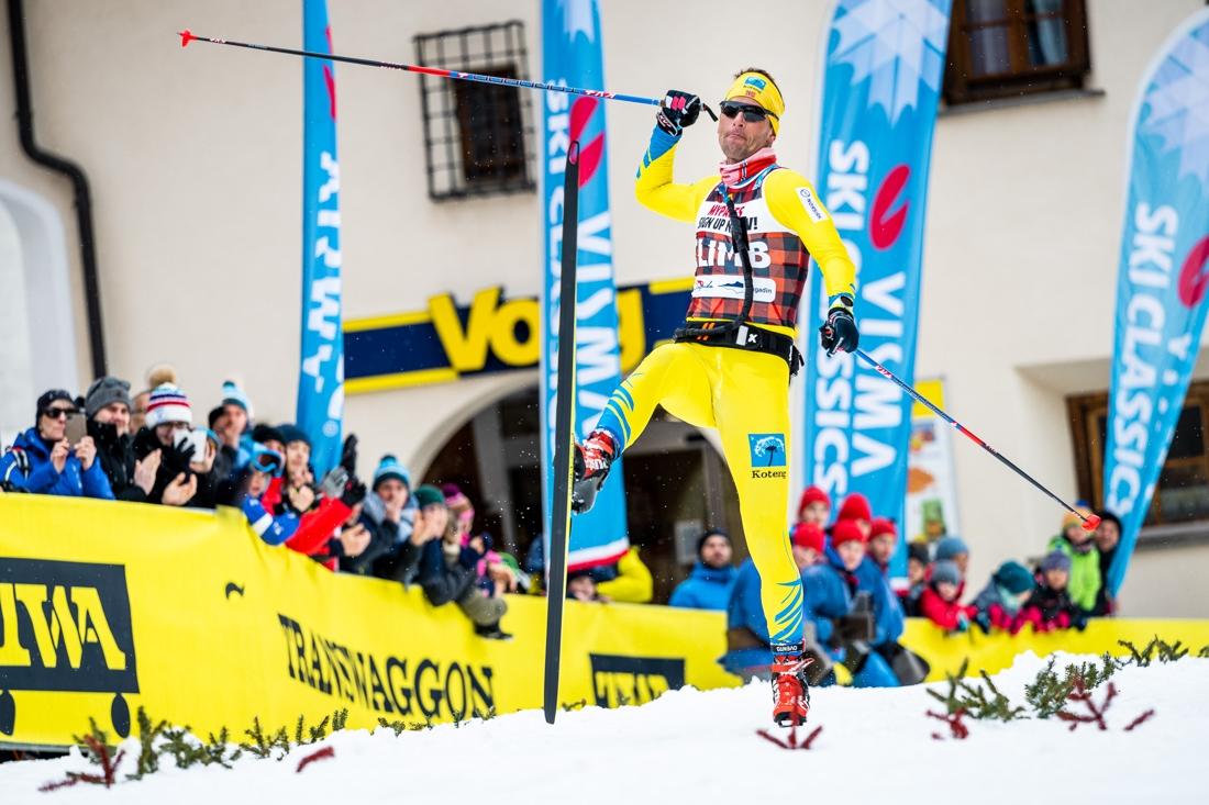 Jespersen jublar på målingen när han tar sin första seger i Visma Ski Classics. FOTO: Visma Ski Classics/Magnus Östh.