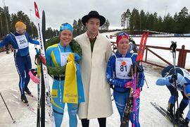 Lovisa Modig, till vänster, vann Moraloppet före Frida Erkers. Här är duon med kransmasen David Höglund. FOTO: IFK Mora SK.