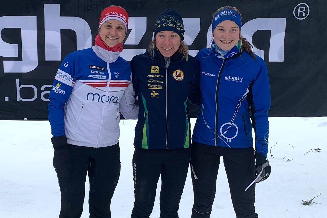 Medaljtrion på SM i skidorientering på lördagens masstart över medeldistans. Fr.v. tvåan Magdalena Olsson, ettan Lisa Larsen och trean Klara Yngvesson. FOTO: Olof Eriksson.