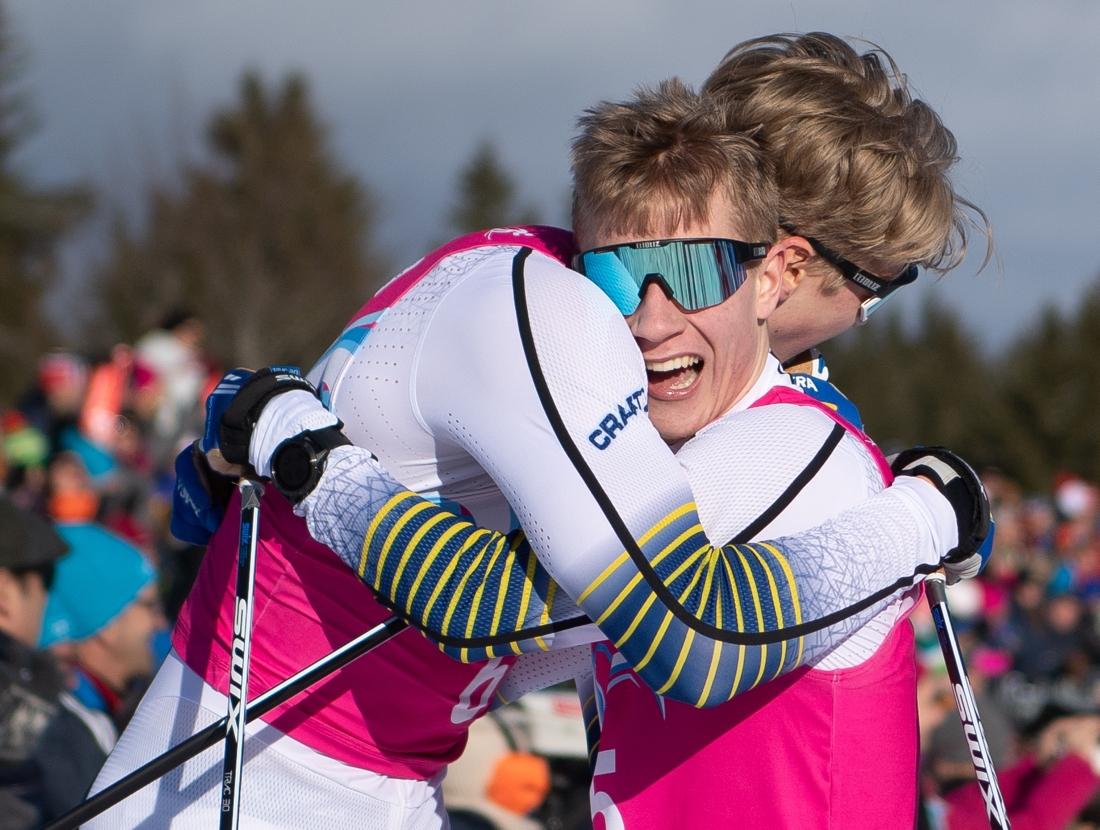 Edvin Anger och Albin Åström kramar om varandra efter guld och brons. FOTO: Bildbyrån - OIS/Joel Marklund.