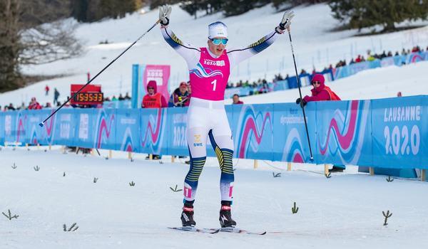 Edvin Anger jublar som segrare av sprinten på ungdoms-OS i Lausanne. FOTO: Bildbyrån - OIS/Ben Queenborough.