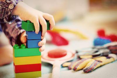 Barn bygger klosser