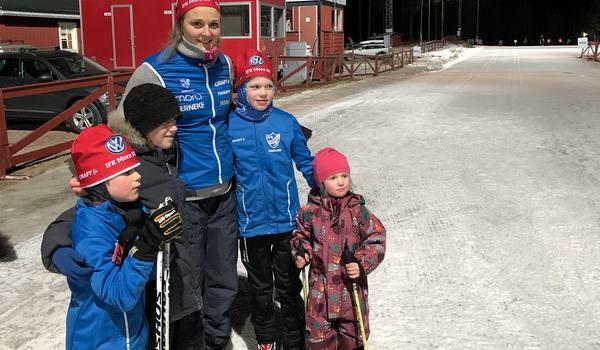 Stina Nilsson var en populär gäst när IFK Mora SK hade serietävling på torsdagskvällen. FOTO: Johan Trygg/Längd.se.