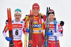 Topptrion på skitahlonloppet i Oberstdorf. Fr.v. tvåan Simen Hegstad Krüger, ettan Alexander Bolshunov och trean Sjur Röthe. FOTO: Bildbyrån - GEPA PICTURES/Ulrich Gamel.