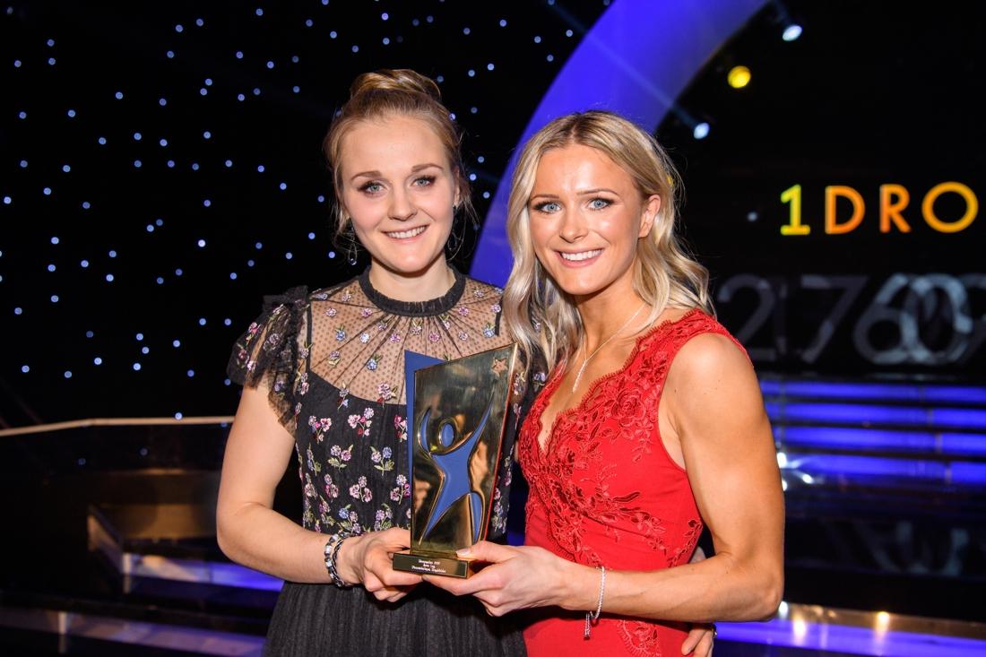 Stina Nilsson och Frida Karlsson fick ta emot priset för Årets lag (tillsammans med Ebba Andersson och Charlotte Kalla) Frida fick också pris som Årets nykomling. FOTO: Bildbyrån/Jesper Zerman.