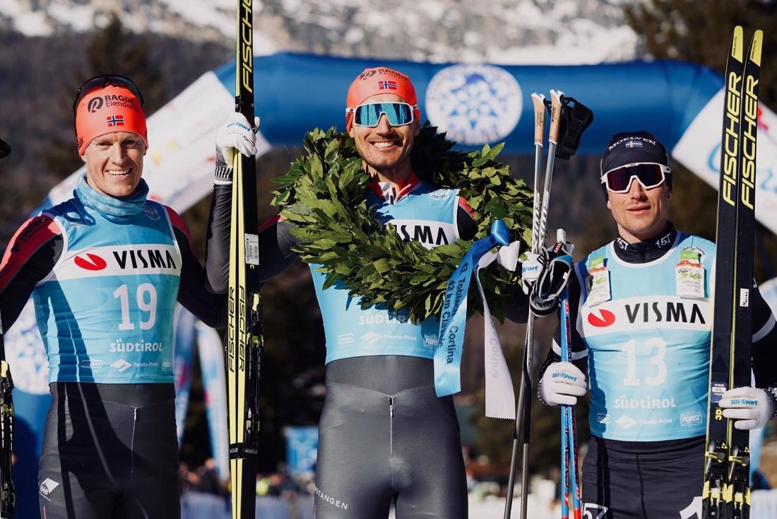 Andreas Nygaard omgiven av Petter Eliassen och Marcus Johansson. FOTO: Visma Ski Classics/Magnus Östh.