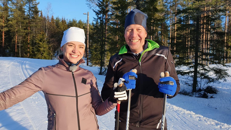 Clara Henry och Mattias Svahn kommer att vara vinterns åkande reportrar i Vasaloppet. FOTO: SVT/Anders Hellström.