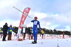 Gabriel Höjlind jublar som segrare av Orsa Grönklitt Ski Marathon. FOTO: Magnus Caris.