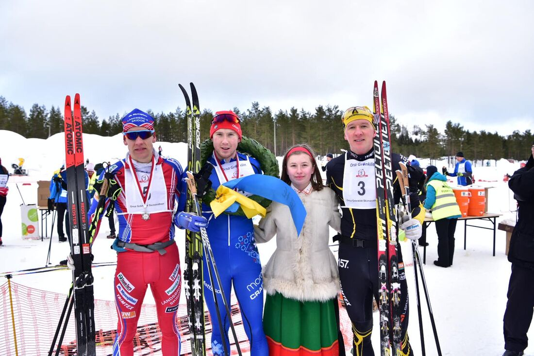 I dag kom beskedet att Orsa Grönklitt Ski Marathon 2021 ställs in. Här ser vi fjolårets herrpall: trean Tom Fahlén, Landsbro IF SK, ettan Gabriel Höjlind, IFK Mora SK, kranskullan Fanny Sundin och tvåan Andreas Svensson, Ulricehamns IF. FOTO: Magnu