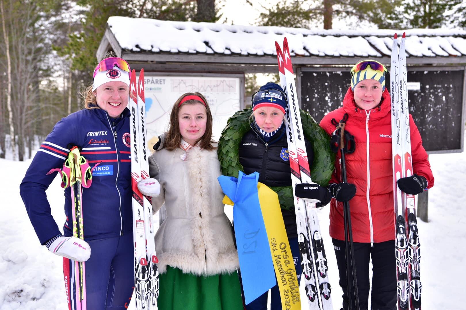 Topp tre i damklassen: Trean Olivia Hansson, Karlslunds IF SF, kranskullan Fanny Sundin, ettan Sandra Olsson, Malungs IF och tvåan Emma Bergström, Kalix SK. FOTO: Magnus Caris.