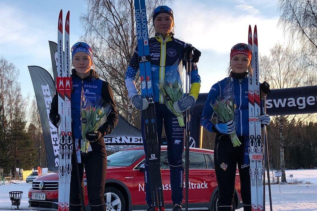 Prispallen i D 16 vid USM-sprinten i Matfors: Fr.v tvåan Erica Lavén, Täby IS SK, ettan Elin Näslund, Vårby IK och trean Lina Rydén, IFK Mora SK. FOTO: Johan Rydén.