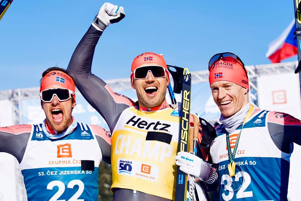 Trippel Ragde Eiendom på pallen. Fr.v. Oskar Kardin tvåa, Andreas Nygaard etta och Petter Eliassen, trea. FOTO: Visma Ski Classics/Magnus Östh.