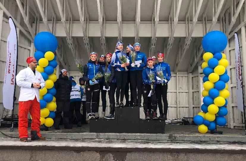 Prispallen i D 15-16 på USM-stafetten med segrande Täby IS SK högst upp flankerat av två lag från IFK Mora SK.