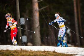 Ebba Andersson i rygg på Therese Johaug. Den här gången kunde Ebba följa nästan hela vägen till mål. FOTO: Bildbyrån/Simon Hastegård.