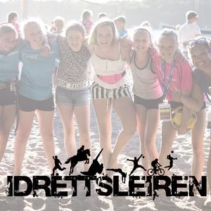 Ingressbilde til artikkel om Idrettsleiren 2020, viser glade jenter som står på en strand.