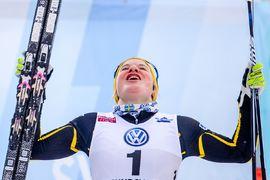 Hanna Falk vann direkt i comebacken. Bilden dock efter SM-guldet i sprint vid SM förra vintern. FOTO: Bildbyrån/Simon Hastegård.