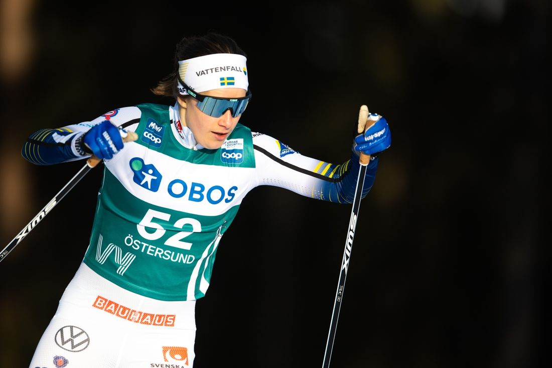Ebba Andersson på väg mot fjärde plats på första etappen av Ski Tour 2020. FOTO: Bildbyrån/Carl Sandin.