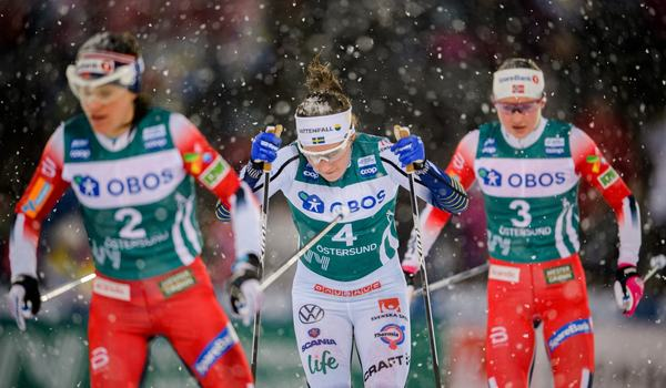 Ebba Andersson kämpade mot Heidi Weng och Ingvild Flugstad Östberg men fick ge sig på upploppet och blev fyra. FOTO: Bildbyrån/Carl Sandin.