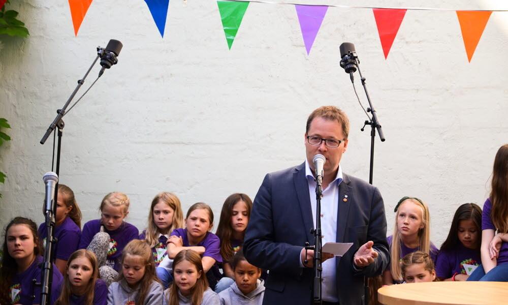 Nestleder i KS Bjørn Arild Gram underskrev Fritidserklæringen på vegne av KS. Han ønsker deltakerne i kommunenettverket Aktiv fritid lykke til.  Foto: Barne- og likestillingsdepartementet