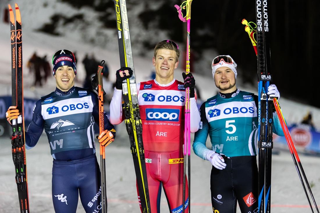 Tvåan Federico Pellegrino, ettan Johannes Hösflot Kläbo och trean Renaud Jayefter sprinten i Åre. FOTO: Bildbyrån/Carl Sandin.