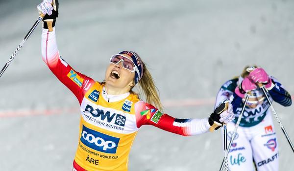 Therese Johaug jublar och i bakgrunden ser vi en slutkörd Jonna Sundling som slutade fyra. FOTO: Bildbyrån/Carl Sandin.
