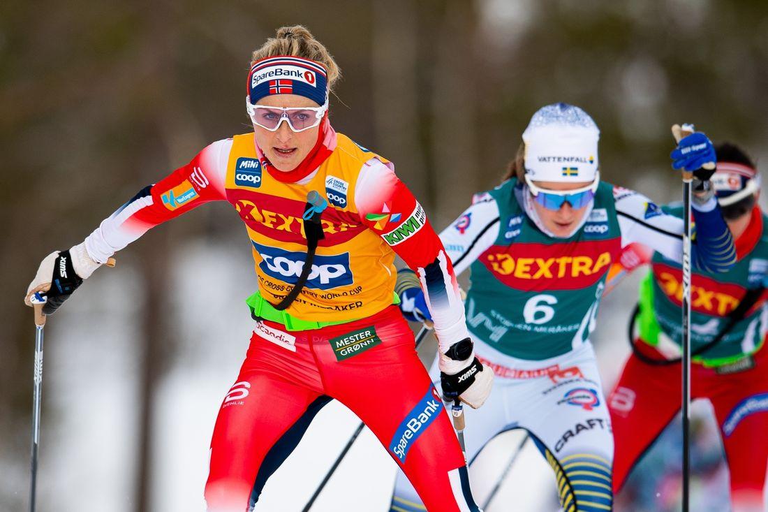 Therese Johaug före Ebba Andersson i inledningen av masstartsloppet i Meråkar under Ski Tour 2020. FOTO: Bildbyrån/Vegard Wivestad Grött.
